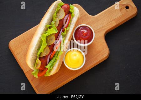 Barbecue grigliate di Hot Dog con senape gialla Foto Stock