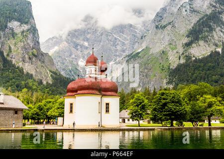 Lago Konigsee con san Bartolomeo chiesa circondata da montagne, Parco Nazionale di Berchtesgaden, Baviera, Germania