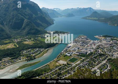 Vista dalla passerella elevata oltre Andalsnes, Norvegia. Foto Stock