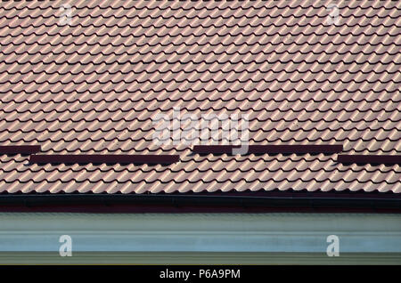 Un frammento di un tetto da una piastrella in metallo di colore