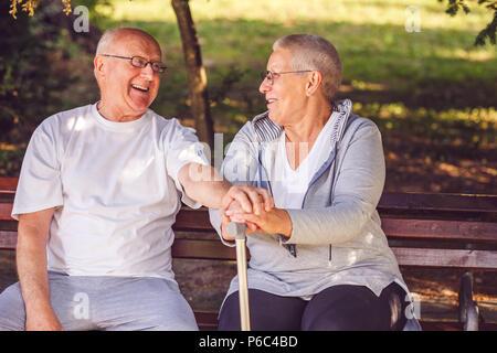 Felice insieme. Positivo felice coppia di anziani guardando ogni altro e sorridere mentre sensazione felice insieme Foto Stock