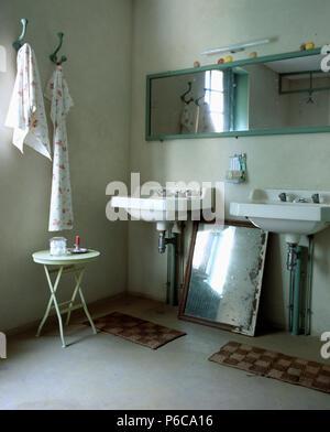 Specchio sopra doppi lavandini vanity in unit con il turchese piano rivestito di piastrelle in - Specchio in spagnolo ...