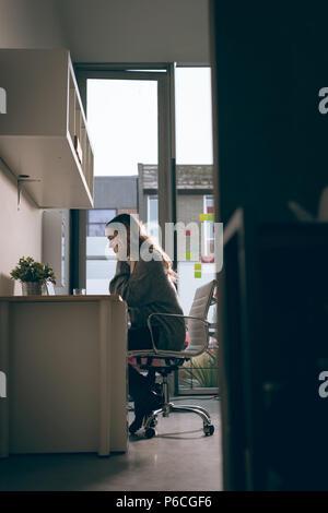 Dirigenti che lavorano su computer portatile in ufficio