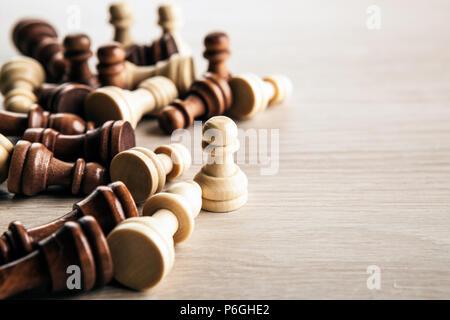 Sparse pezzi di scacchi su sfondo grigio close up Foto Stock