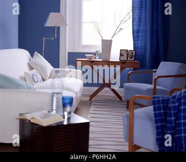 Tradizionale salotto blu pallido pareti verde divano for Salotto con divano blu