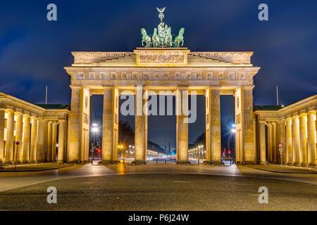 Gli illuminati Porta di Brandeburgo a Berlino di notte Foto Stock