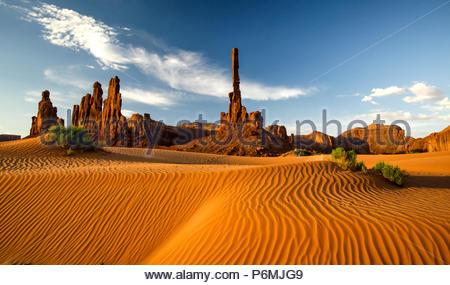 Il Totem Pole e dune di sabbia le vie Monumnet Valley Foto Stock