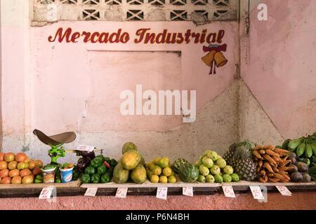 Frutta e verdura in vendita dal Venditore privato presso il Mercado Industrial a Cienfuegos, Cuba. Foto Stock