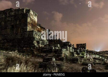 Night Shot di Hierapolis ruderi in Pamukkale. Castello di cotone nel sud-ovest della Turchia, Foto Stock