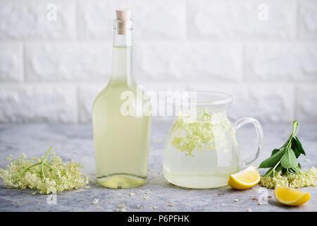 In casa lâ Elderflower limonata con appena raccolto elderflowers. I fiori sono commestibili e possono essere utilizzati per aggiungere sapore e aroma sia per bevande e des Foto Stock