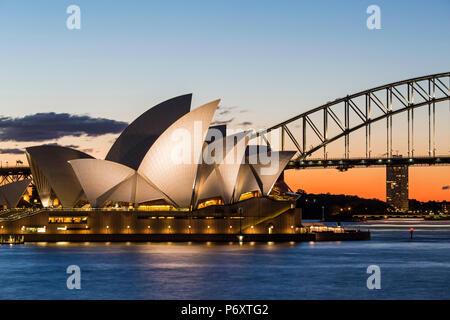 Sydney al tramonto. Opera house da Mrs Macquaries Chair. Nuovo Galles del Sud, Australia Foto Stock
