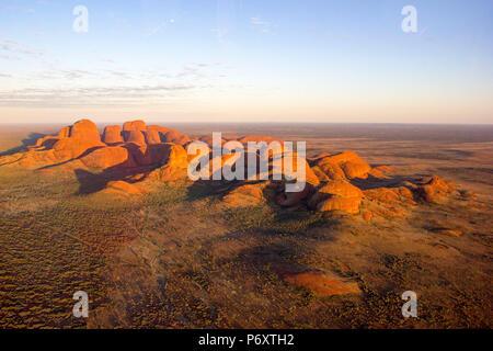 Vista aerea di Kata Tjuta di sunrise, Red Centre. Territorio del Nord, l'Australia Foto Stock