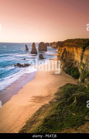 I dodici apostoli, il Parco Nazionale di Port Campbell, Victoria, Australia. Le pile di pietra calcarea e della costa al tramonto. Foto Stock