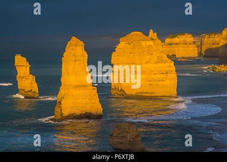 I dodici apostoli, il Parco Nazionale di Port Campbell, Victoria, Australia. Mare di pile di calcare al tramonto. Foto Stock