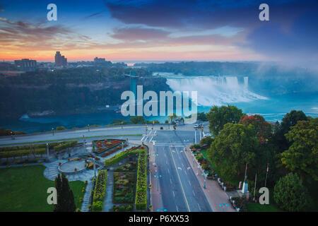 Canada e Stati Uniti d'America, Ontario e lo stato di New York, Niagara, Niagara Falls, vista l'Americano e Bridal Veil Falls all'alba Foto Stock