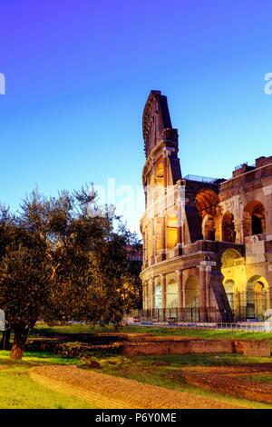 Italia, Roma, Colosseo e Foro Romano di notte Foto Stock