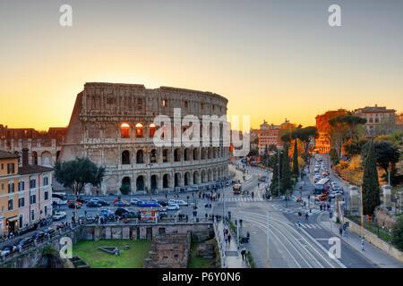Italia, Roma, il Colosseo e il Foro Romano al tramonto Foto Stock