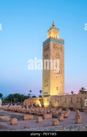 Il Marocco, Marrakech-Safi (Marrakesh-Tensift-El Haouz) regione, Marrakech. Xii secolo Moschea Koutoubia al crepuscolo. Foto Stock