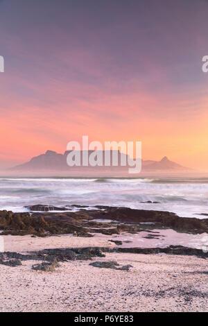 Vista della Table Mountain da Bloubergstrand al tramonto, Cape Town, Western Cape, Sud Africa Foto Stock