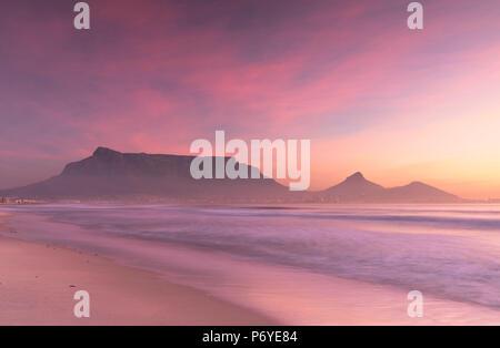 Vista della Table Mountain da Milnerton spiaggia al tramonto, Cape Town, Western Cape, Sud Africa Foto Stock