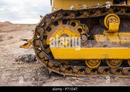 Trattore giallo sul cingolo Foto Stock