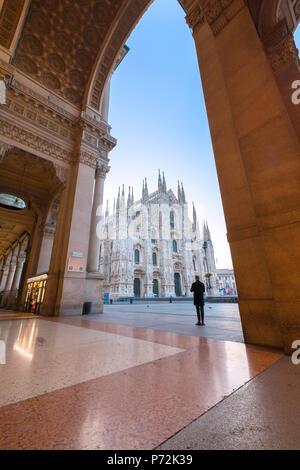 L'uomo guarda verso il Duomo di Milano (Duomo) dalla Galleria Vittorio Emanuele II, Milano, Lombardia, Italia, Europa Foto Stock