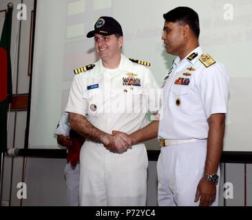 Bangladesh (sett. 21, 2013) - Capt. Fred Kacher, vice comandante, Destroyer Squadron (DESRON) 7, scuote le mani con posteriore Adm. Aurangzeb Chowdury, assistente capo del personale navale, durante la cerimonia di chiusura della cooperazione a galla la prontezza e la formazione (Carati) Bangladesh 2013. Stati Uniti Le unità della Marina militare che partecipano in CARAT Bangladesh includono il DESRON 7 staff, membri dal Maritime gli affari civili e di sicurezza comando di formazione (MCAST), i membri a galla dal Gruppo di addestramento, Pacifico occidentale e le immersioni subacquee e la nave soccorso USNS salvaguardare (T-ARS 50) con Mobile imbarcato Diving e unità di soccorso (MDSU) 1. CA Foto Stock