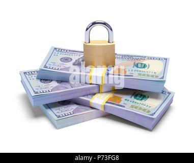 Pila di denaro con Pad Lock isolato su uno sfondo bianco. Foto Stock