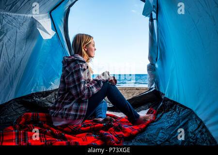 Bionda bella giovane donna rimanere in tenda presso il campeggio la libertà alternativa di n rulez su snd davanti al mare. indipendenza e la forte abbastanza la Foto Stock