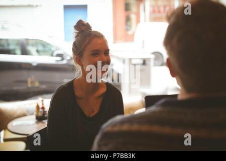 Donna che parla all'uomo nel cafe Foto Stock