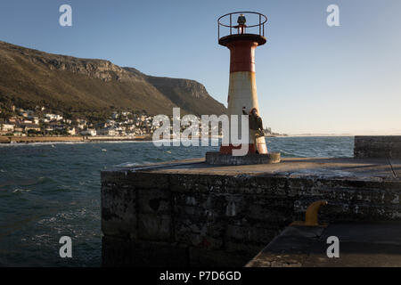 Donna prendendo selfie vicino a Faro Foto Stock