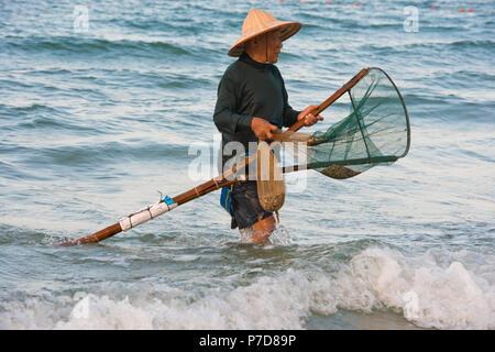 Un uomo vietnamita indossando un tradizionale cappello di paglia e ... 4a08db7d5e89