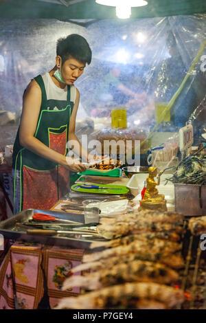 CHIANG MAI, Thailandia - 27 agosto: fornitore di cibo si prepara piatti di pesce al sabato notte di mercato (walking street) in vendita il 27 agosto 2016 a Chiang Mai Foto Stock