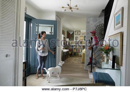 La donna e il cane in attesa nel foyer Foto Stock