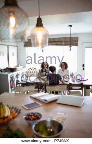La madre e le figlie gustando un pranzo di compleanno Foto Stock