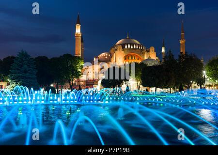 Il sultano Ahmad Maydan fontana illuminata con il Museo Hagia Sophia in background al crepuscolo, Istanbul, Turchia Foto Stock