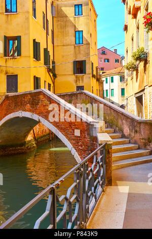 Vista veneziano con il vecchio piccolo arco ponte sul Canal, Venezia, Italia Foto Stock