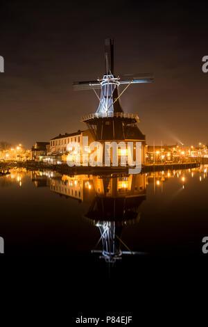 Haarlem, Paesi Bassi - 20 Febbraio 2018: Mill de Adriaan durante la notte presso il fiume Spaarne in Haarlem. Foto Stock