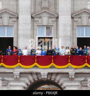 Londra, Regno Unito. Il 10 luglio 2018. I membri della famiglia reale sul balcone a Buckingham Palace la visione di aerei che ci passa sopra la testa durante la RAF100 flypast nel centro di Londra, Regno Unito. Il flypast è la più grande concentrazione di aerei militari visto oltre la capitale negli ultimi di memoria e il più grande mai intrapreso dalla Royal Air Force (RAF). Credito: Michael Preston/Alamy Live News Foto Stock