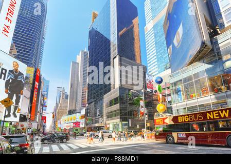 New York, Stati Uniti d'America - 14 Agosto 2017 : 7° Avenue e negozio di caramelle M&M's a New York nei pressi di Times Square.Street, automobili, cittadini e turisti su di esso. Foto Stock