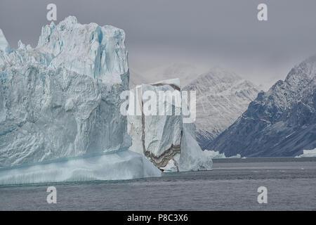 Kangertittivaq, Groenlandia. Enormi iceberg in Scoresby Sund. Foto Stock