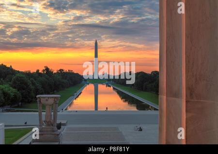 Il Monumento a Washington dal Lincoln Memorial a Sunrise Foto Stock