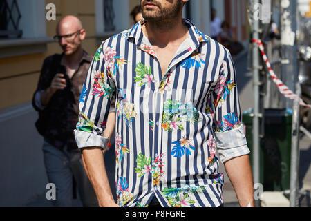 Milano 17 giugno: Uomo con blu e bianco Balenciaga