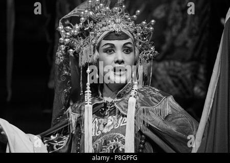 Stella femmina in costume completo di preforme all'Opera Cinese - Chengdu, Cina nella provincia di Sichuan Foto Stock