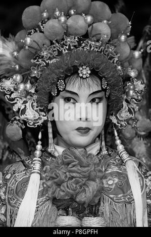 Stella femmina cantare in costume completo con copricapo all'Opera Cinese - Chengdu, Cina nella provincia di Sichuan Foto Stock