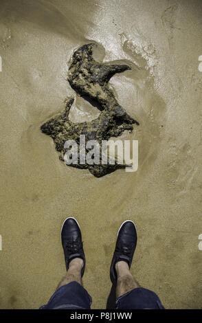 Selfie di piedi con scarpe da corsa su asfalto pavimento coperto di ... 41516e7cf01
