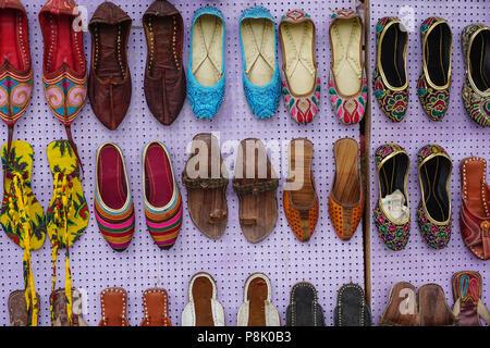 Jaipur, India - Lug 27, 2015. Colorato orientali scarpe etniche sul mercato delle pulci. Jaipur è il capitale e la più grande città dello stato indiano del Rajasth Foto Stock