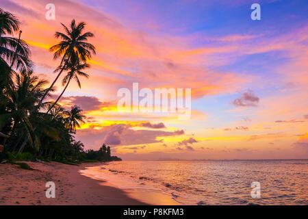 Bel tramonto su Bang Po beach. Koh Samui in Thailandia. Foto Stock