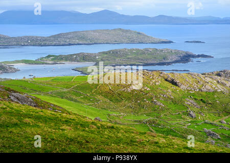 Bella vista Il Derrynane Bay sulla penisola di Iveragh. Famose pittoresche Ring of Kerry route dell'Irlanda. Le isole rocciose impostato in un mare blu formano una na Foto Stock