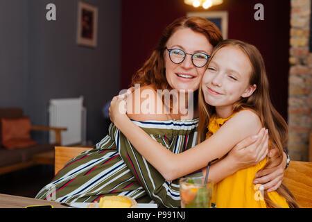 Madre e figlia sensazione deliziosa avente il giorno libero insieme Foto Stock